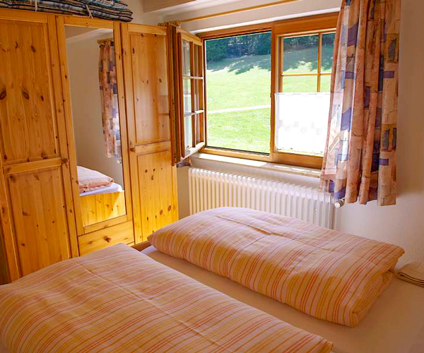Ferienwohnung Rose - Schlafzimmer mit Doppelbett